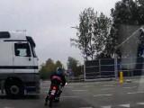 Skuter kontra ciezarowka - nierowne starcie na polskiej drodze