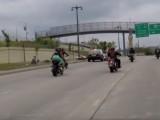 policjant rozjezdza motocykliste z