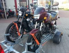 Przewoz motocykli na przyczepie z