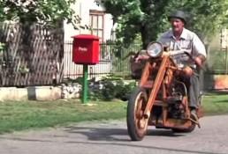 motocykl z drewna z