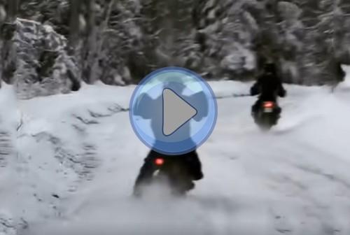 Jak się nie da, kiedy się da! Dwa cruisery rzucają wyzwanie zaśnieżonej drodze [FILM]