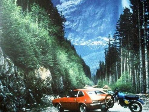 Motocyklowa wycieczka w tonach popiołu. Historia niezwykłego zdjęcia