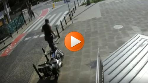 Żul skacze po motocyklu, niszczy lusterka - nikt nie reaguje. Co się z nami dzieje? [FILM]