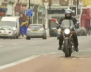 Motocyklem po pasie dla autobusów
