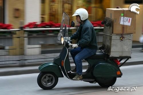 Dostawcy pizzy na skuterach - łatwo nie jest!