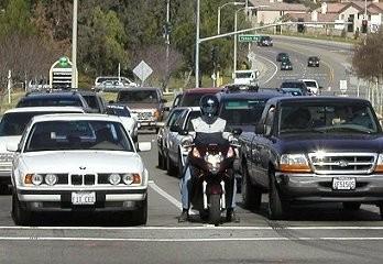 Przejeżdżanie między samochodami - motocyklista a prawo
