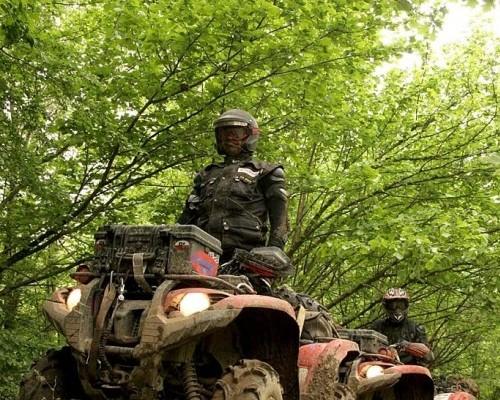 Quadowcy sprzątają las!