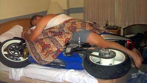 Czy można zasnąć za kierownicą motocykla? Co to jest power nap?