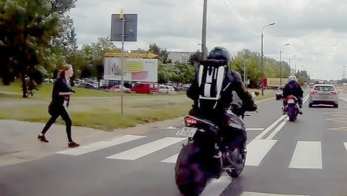 przejscie dla pieszych dwa motocykle z