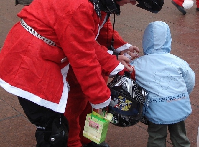 dziecko wybiera prezent motomikolajki.pl 2009 warszawa 10