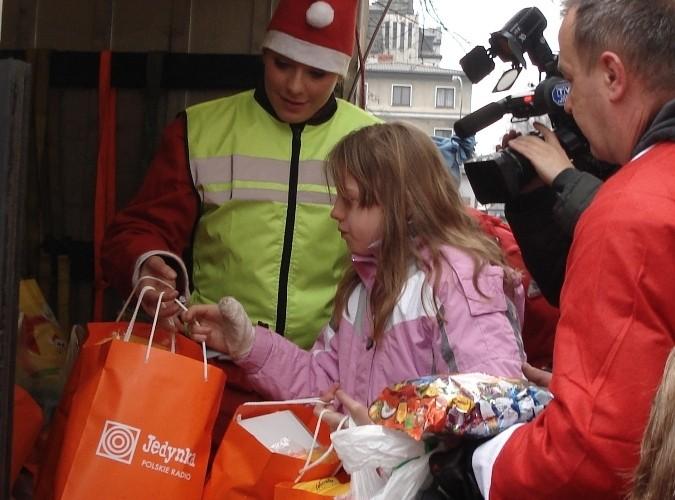 dziewczynka odbiera prezenty motomikolajki w warszawie 1