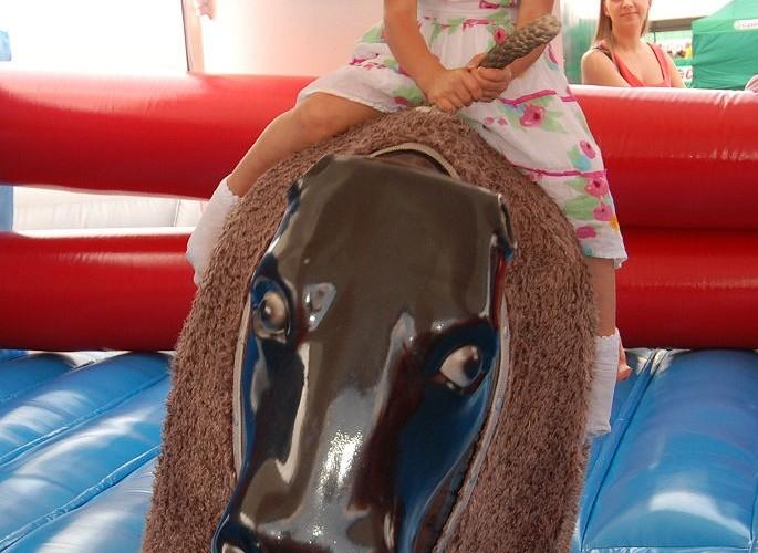 Dziewczynka na byku
