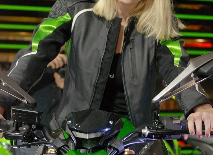 Blondynka na motocyklu EICMA