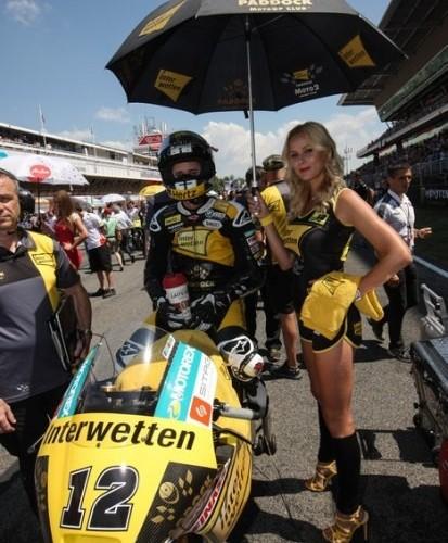 Blondyna z parasolka MotoGP Catalunya 2014
