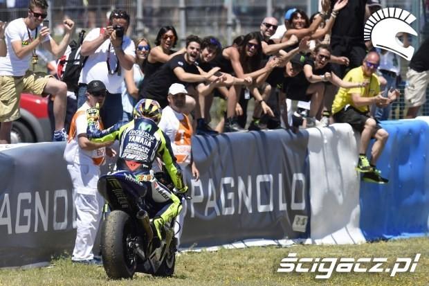 Rossi z kibicami motogp Jerez 2014