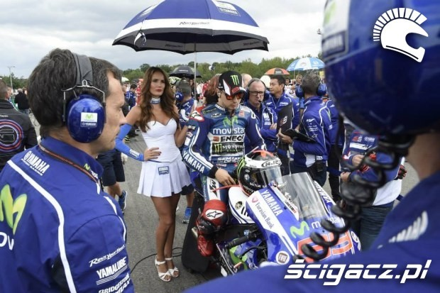 Lorenzo z modelka Paddock Girls MotoGP Brno