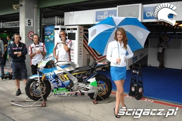 w padocku Paddock Girls MotoGP Brno