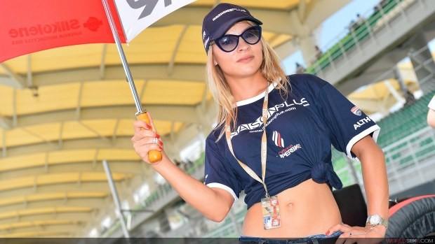 blondyna w okularach paddock girls sepang 2014