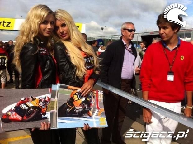 dziewczyny z plakatami paddock girls silverstone 2014