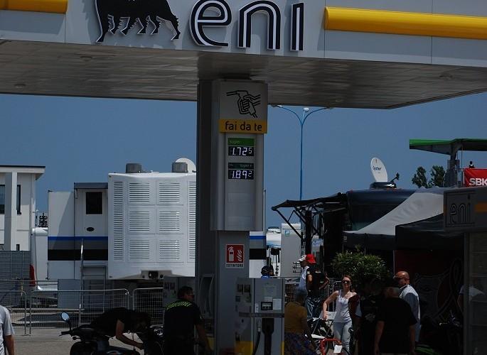 Stacja benzynowa na paddocku