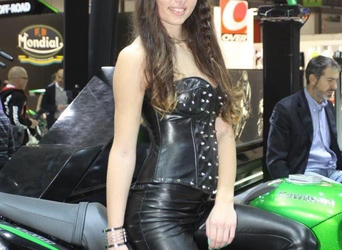 EICMA 2015 Milan hostessy Kawasaki czarna