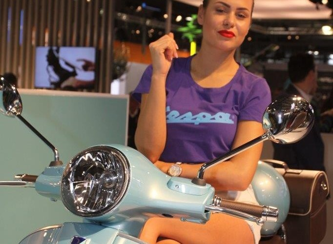 EICMA 2015 Milan hostessy Vespa