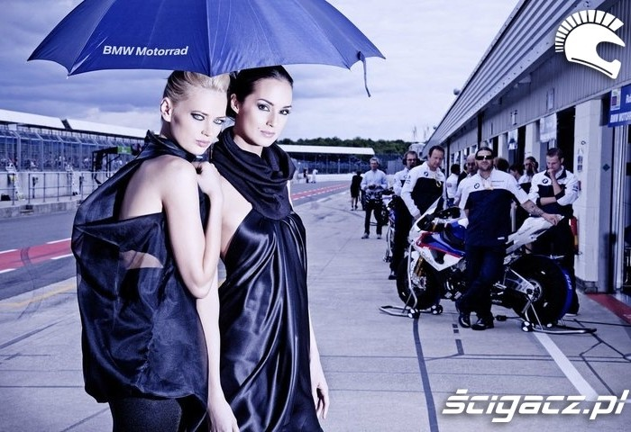 Modelki z RunWay Project na torze wyscigowym