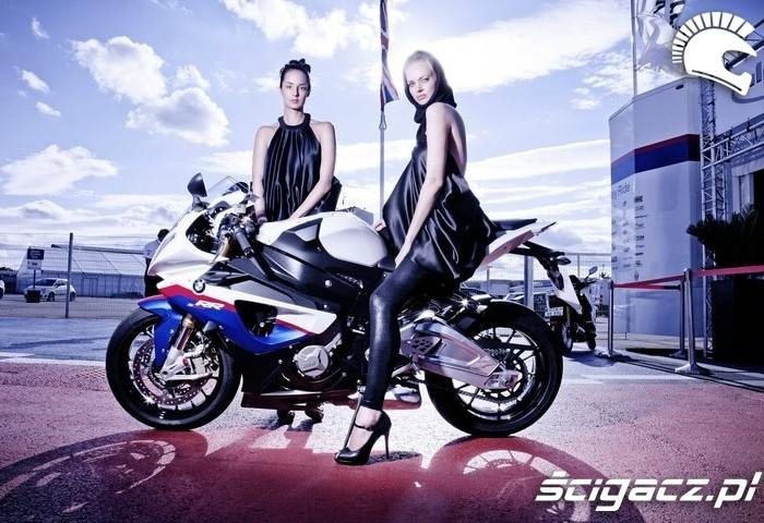 dziewczyny i motocykl BMW S1000RR na Silverstone