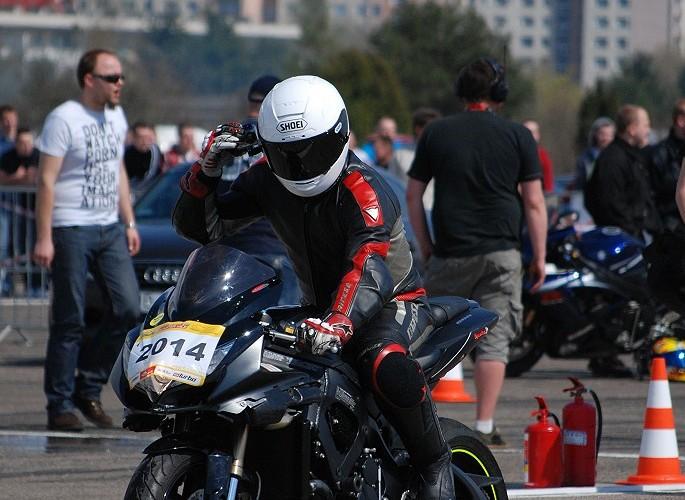 Bemowo motocyklista przed startem