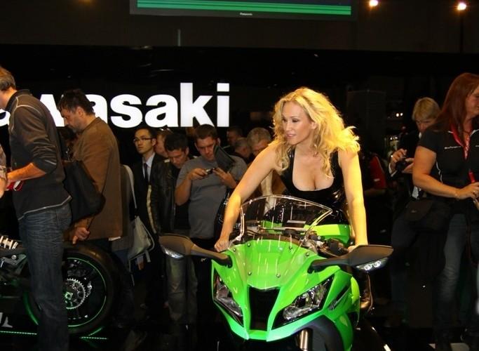 modelka stoisko Kawasaki