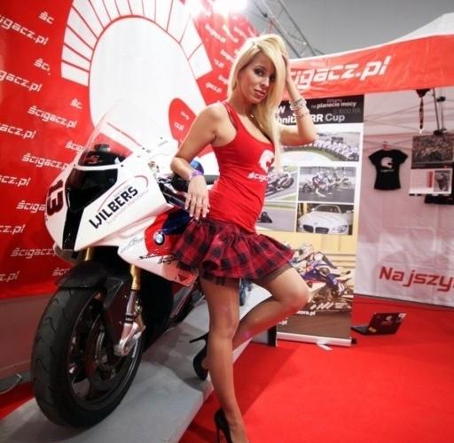 hostessa przy motocyklu III Ogolnopolska wystawa Motocykli i Skuterow
