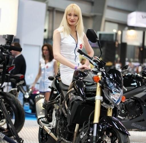 kobieta na suzuki III Ogolnopolska wystawa Motocykli i Skuterow