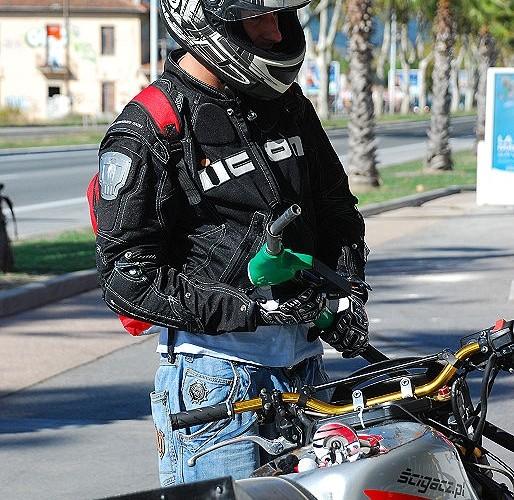 Kawalek tankuje moto