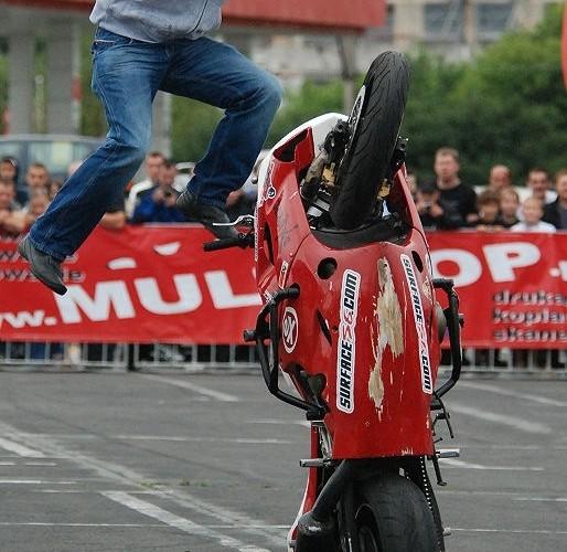 Cygan organizator imprezy na motocyklu