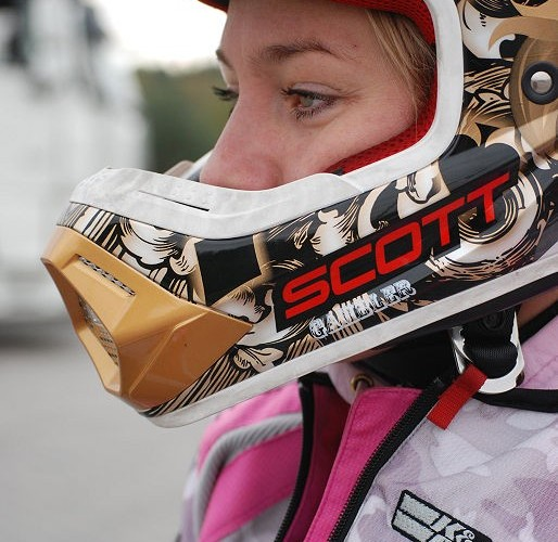 Dziewczyna w kasku motocyklowym