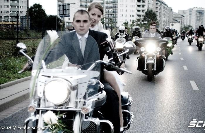 Basia Vivi i motocyklowa eskorta slub na dwoch kolkach