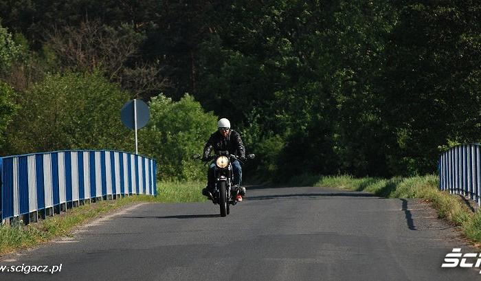 Jadac motocyklem przez most