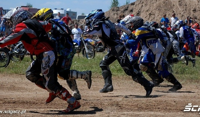 Bieg zawodnikow do motocykli zawody