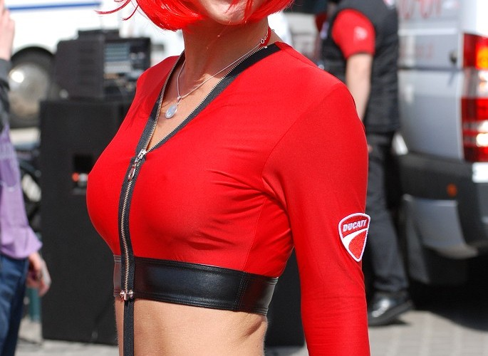 Ducati dziewczyna w przebraniu