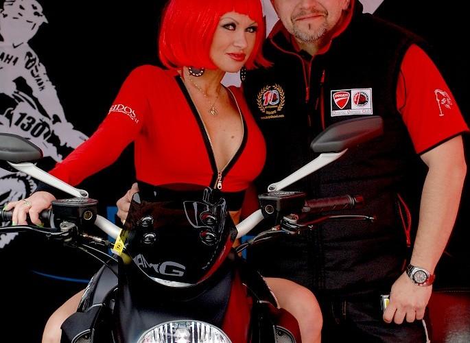 Frencci i dziewczyna na motocyklu