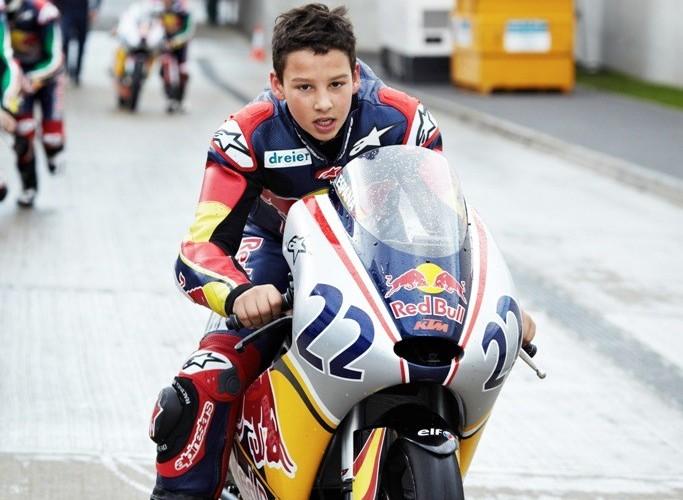Przepychanie motocykla Red Bull Rookies Cup