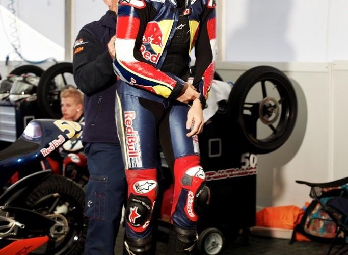 Zakladanie kombinezonu  Red Bull Rookies Cup