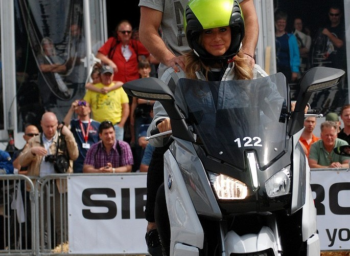 Alena Gerber na skuterze