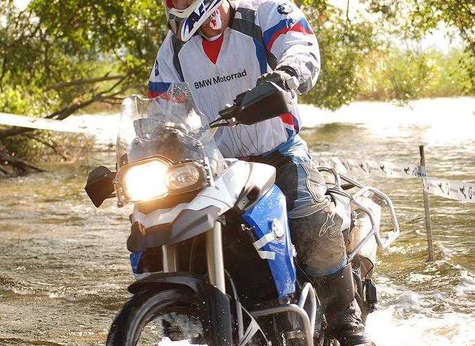 Jazda brzegiem jeziora na motocyklu
