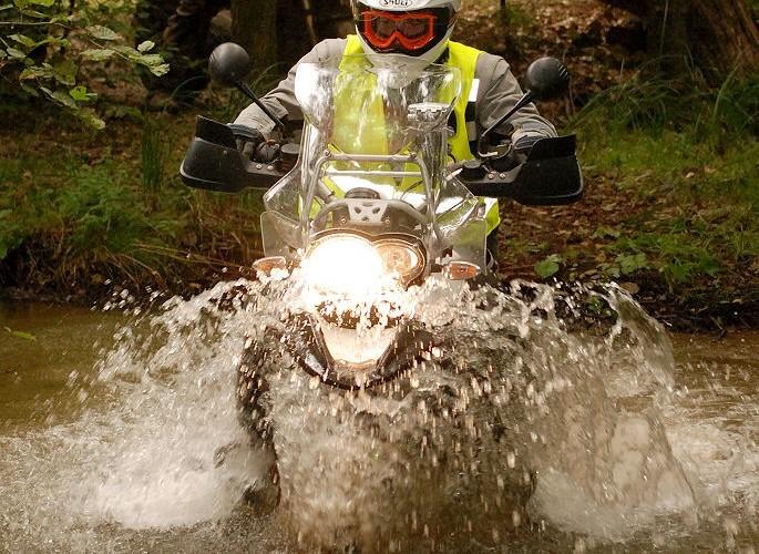 Jazda motocyklem po poligonie wojskowym