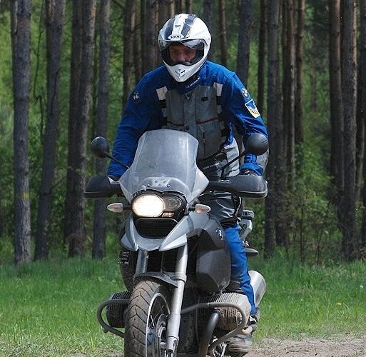 Jazda motocyklem po lesie