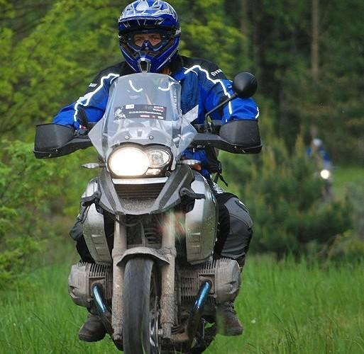 Motocyklem BM po trawie