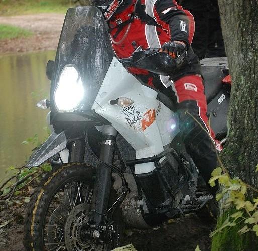 990 KTM Adventure przeprawa przez las