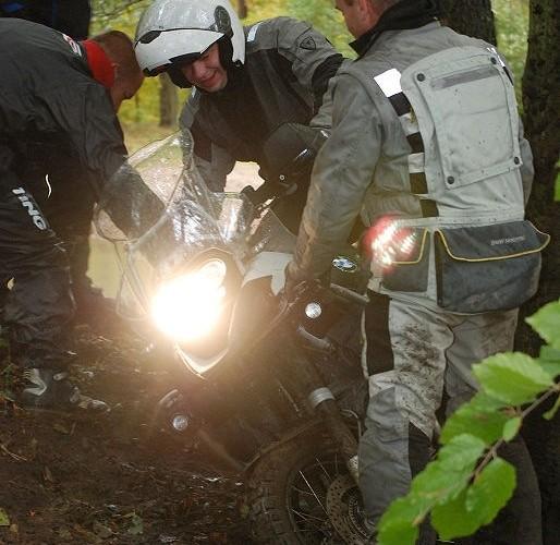 Gleba na motocyklu w lesie