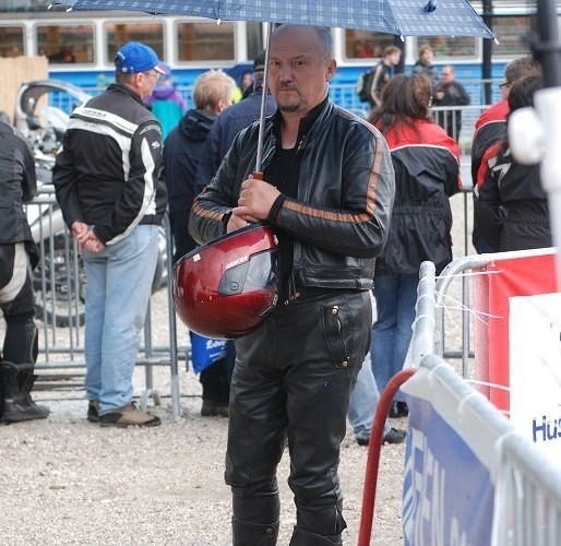 Motocyklista z parasolem